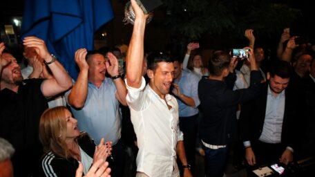 TROFEJ ROLAN GAROSA JE STIGAO U BEOGRAD: Novaka dočekali navijači i vatromet! (FOTO)