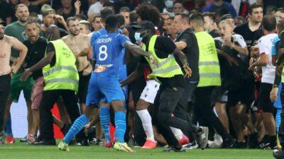 Haos u Francuskoj: Paje se potukao sa navijačima Nice! (VIDEO)