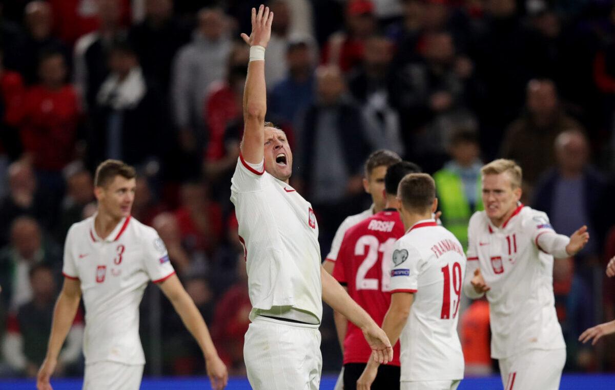 SKANDAL: Albanci gađali fudbalere Poljske flašama, meč prekinut! (VIDEO)